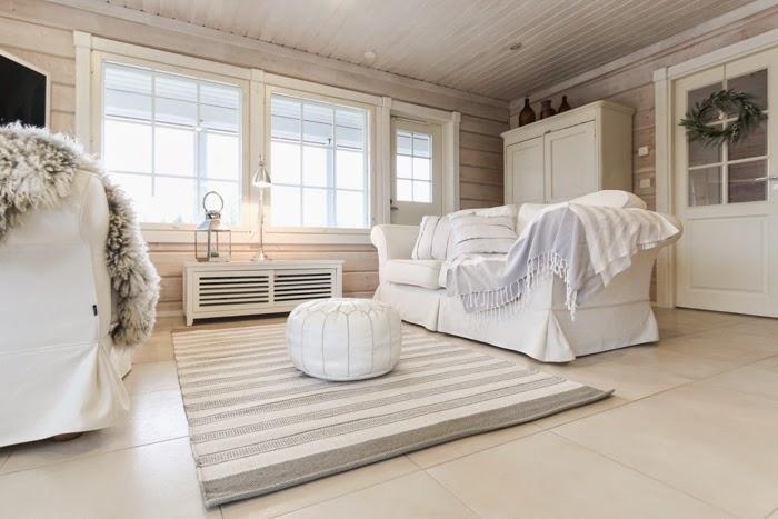 anno aava matto, white pouf, white livingroom, hirsitalo, valkoinen sohva, sohvat vastakkain