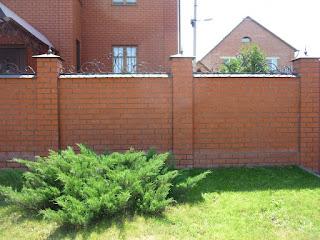 Кирпичный забор с ковкой. Фото 5