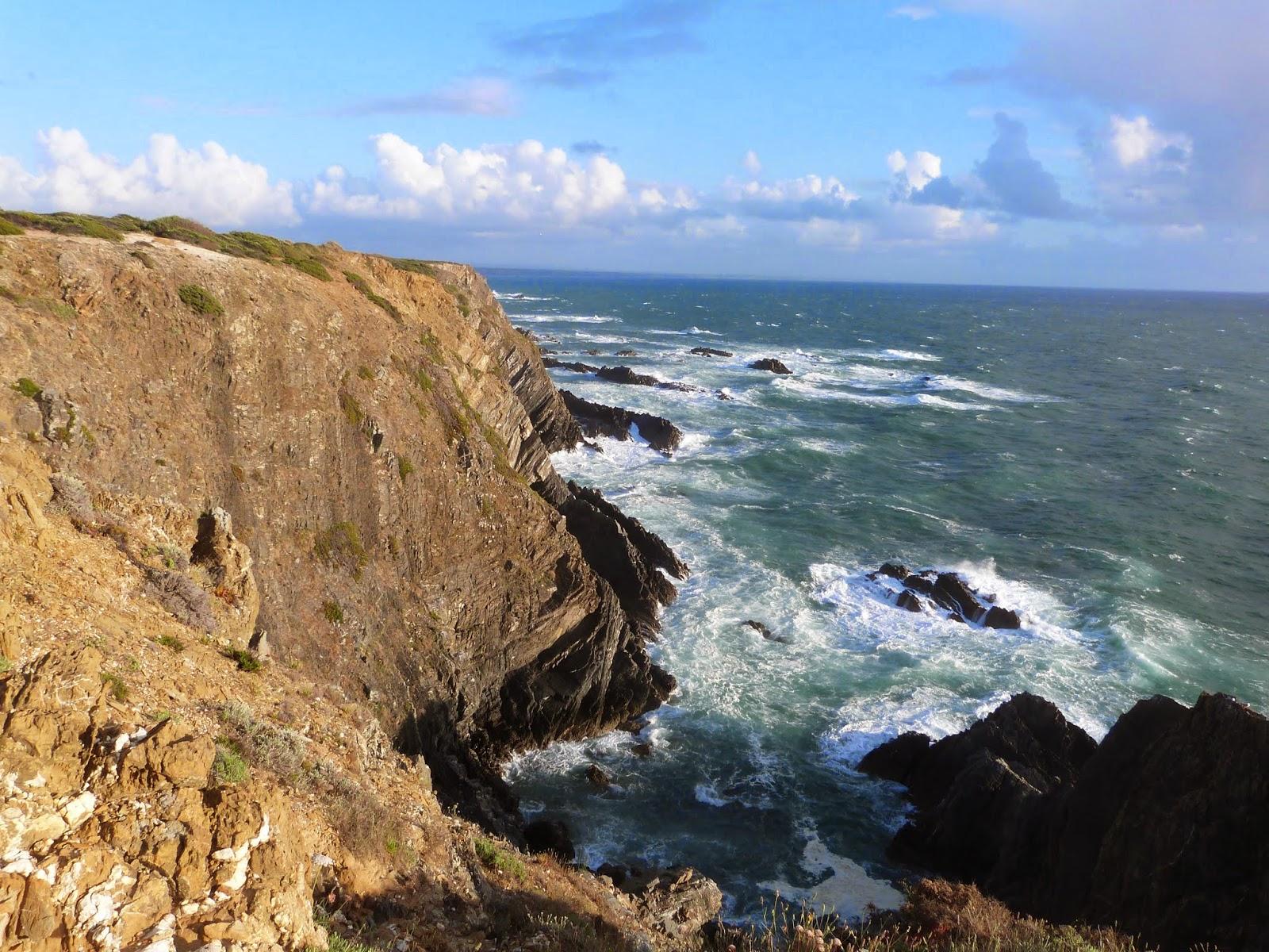 absoluta con el paisajes martimo y terrestre no es posible quedarse impasible observando estos acantilados caer sobre la serenidad del mar