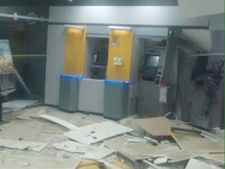Agência ficou parcialmente destruída após explosão (Foto: Leandro Alves / BahianaMídia.Com)