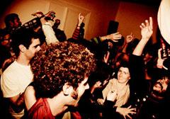 Una fiesta de fin de semana en casa a partir de un evento en Facebook