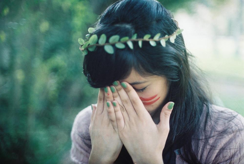 既有荆棘遍布,也有美好阳光。不管怎样,忧伤也好,美好也好,这都是我们需要走过的道路。<br>Whether there are thorns or happy moments, sad or beautiful, we still need to travel the path of our life.