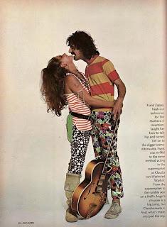 Frank Zappa gioca a fare l'hippie con Claudia Cardinale