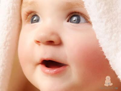 Havlu içinde sevimli gülen bebek