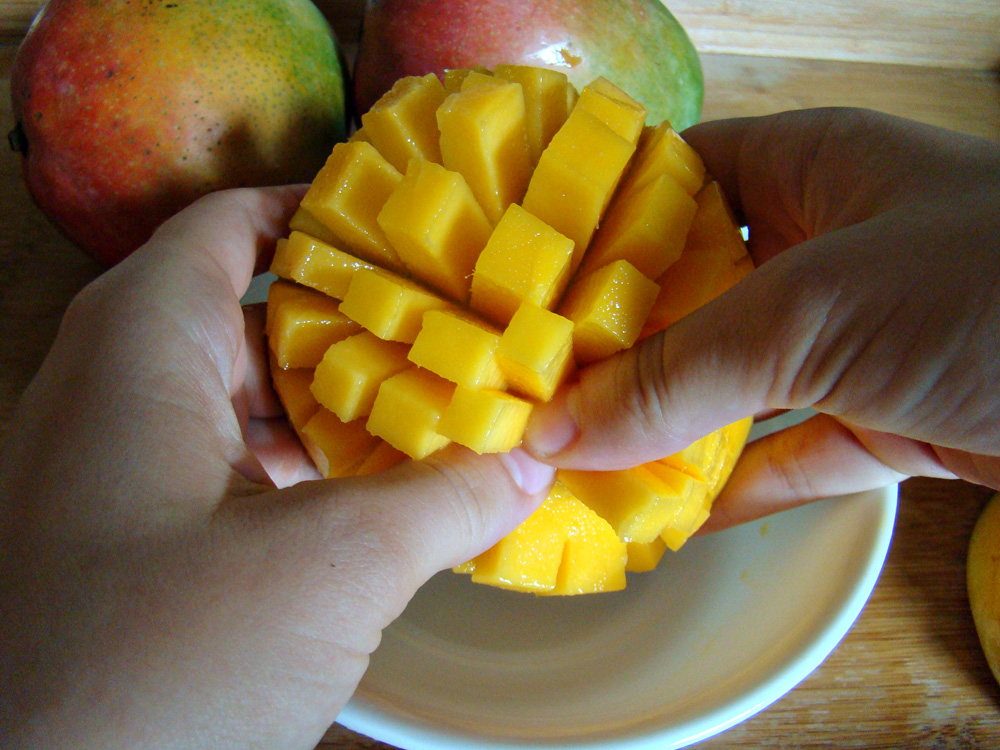 how to know when to cut a mango