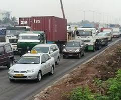Truck Jalan di jam kerja bikin macet