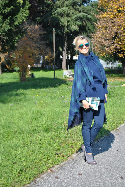 outfit blu come abbinare la maxisciarpa outfit mantella come abbinare la mantella cape outfit how to wear cape how to wear blue how to combine blue  outfit novembre outfit autunnali come vestirsi in autunno outfit invernali fall outfits how to dress in autumn mariafelicia magno fashion blogger color block by felym fashion blog italiani fashion blogger italiane blogger italiane fashion bloggers italy fashion blogger bergamo fashion blogger milano ragazze bionde blogger bionde influencer bionde