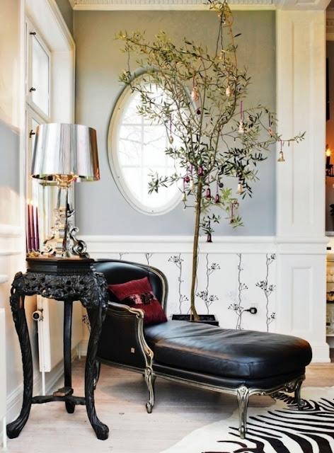 decorar con plantas de interior, chaise longe y alfombra de piel