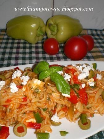 Makaron z papryką, fetą i oliwkami