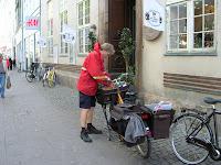 cartero en Copenhague, dinamarca, postman, Copenhagen, Denmark,  København,  vuelta al mundo, round the world, La vuelta al mundo de Asun y Ricardo