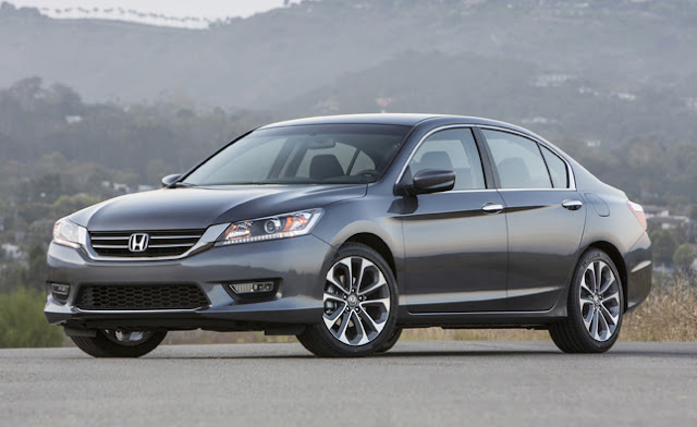 Front 3/4 view of 2013 Honda Accord