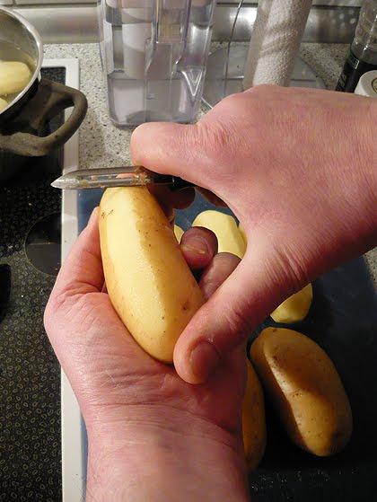 Große Kartoffeln schälen