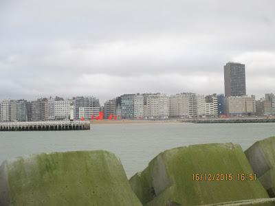 skyline van Oostende vanaf strekdam