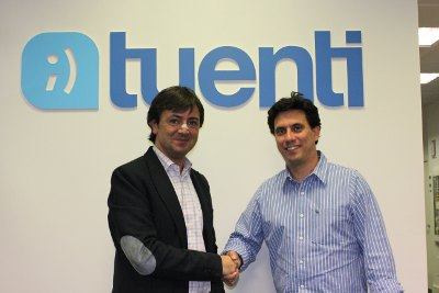 Jorge Flores y Sebastián Muriel en la firma del acuerdo entre PantallasAmigas y Tuenti