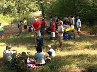 Tot el grup esmorzant en una agradable clariana del bosc