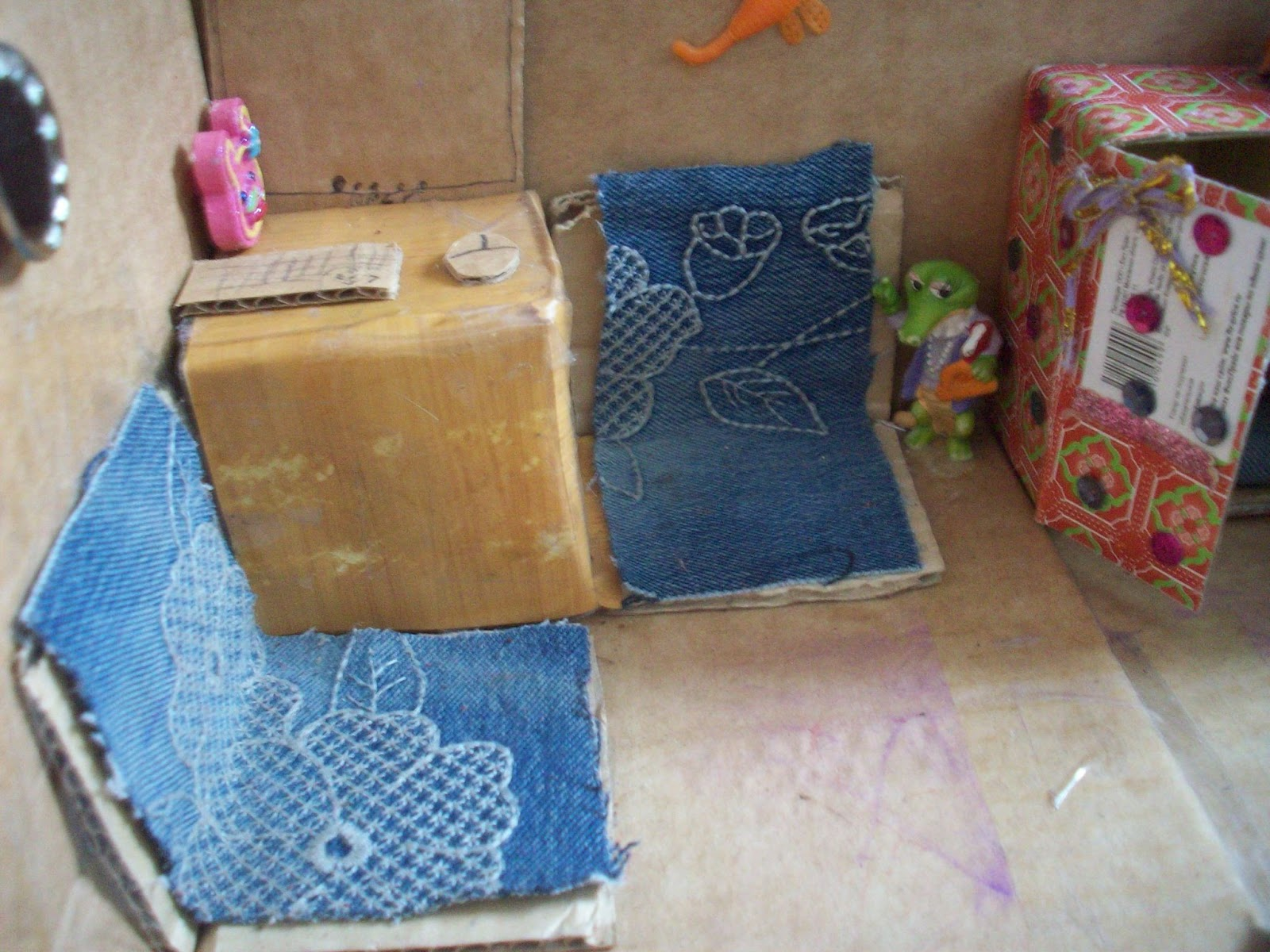 Как сделать кукольный домик из коробки своими руками 82