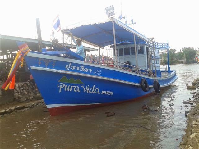 barco de buceo Pura Vida Koh Tao en el agua