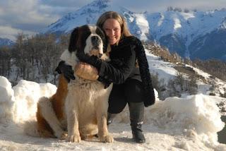 Hermosa mujer con un hermoso perro en una hermosa montaña.jpg___www.incognitamujer.blogspot.com