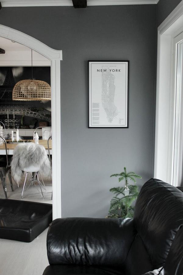 vardagsrum, gråa väggar, poster, david ehrenstråhle, minigran, inomhusgran, a guide to new york, tavla, tips på ramar, ram 42X70, köpa ramar på internet, ram till a guide to new york, måttanpassade ramar,