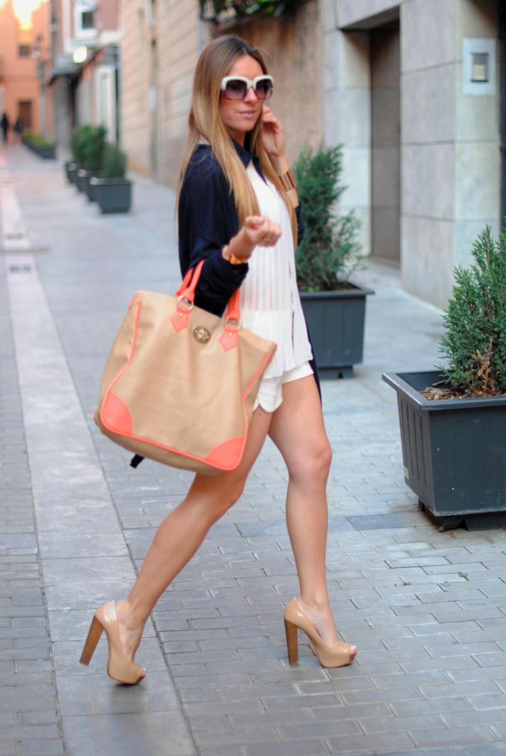 Look con shorts blancos y detalles flúor en el blog de moda Mes Voyages à Paris