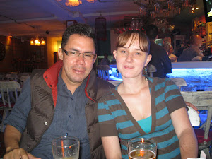 Helios Mar con Laura, seguidora del poeta en Sabaneta - Antioquia