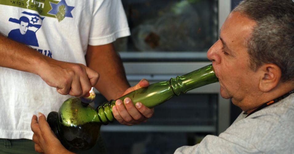 Deficiente físico recebe tratamento com maconha em Tel Aviv, Israel.