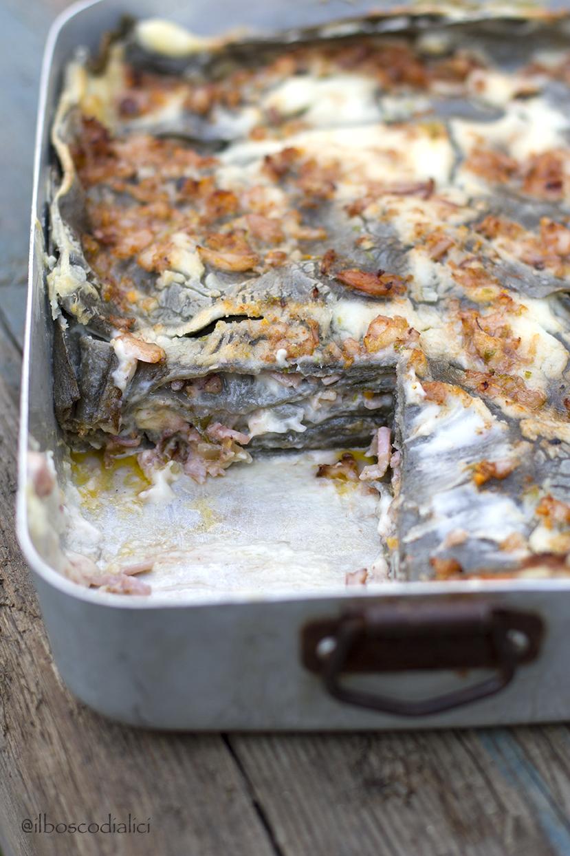 lasagne nere di enkir con ragù di mare e besciamella al lime