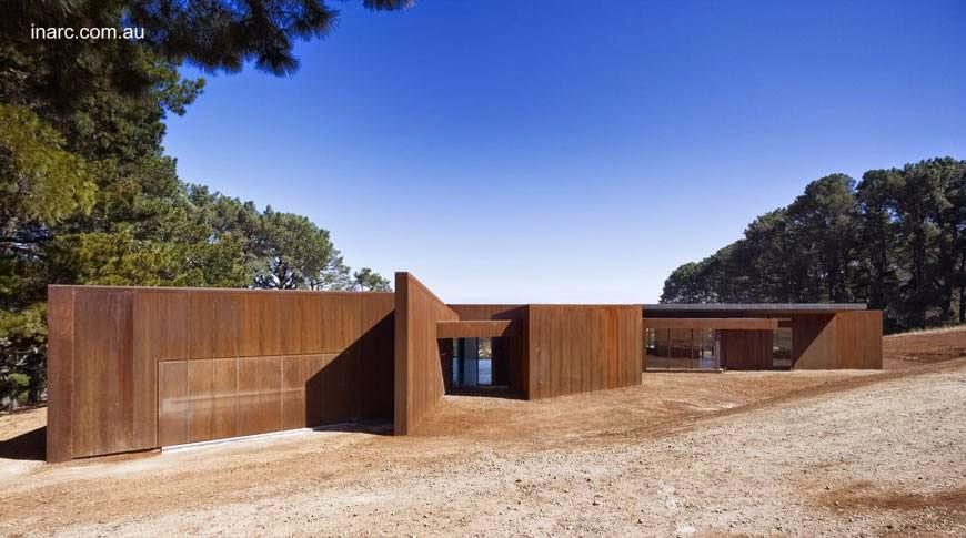 Residencia contemporánea cubierta de metal oxidado casa de fin de semana en Australia