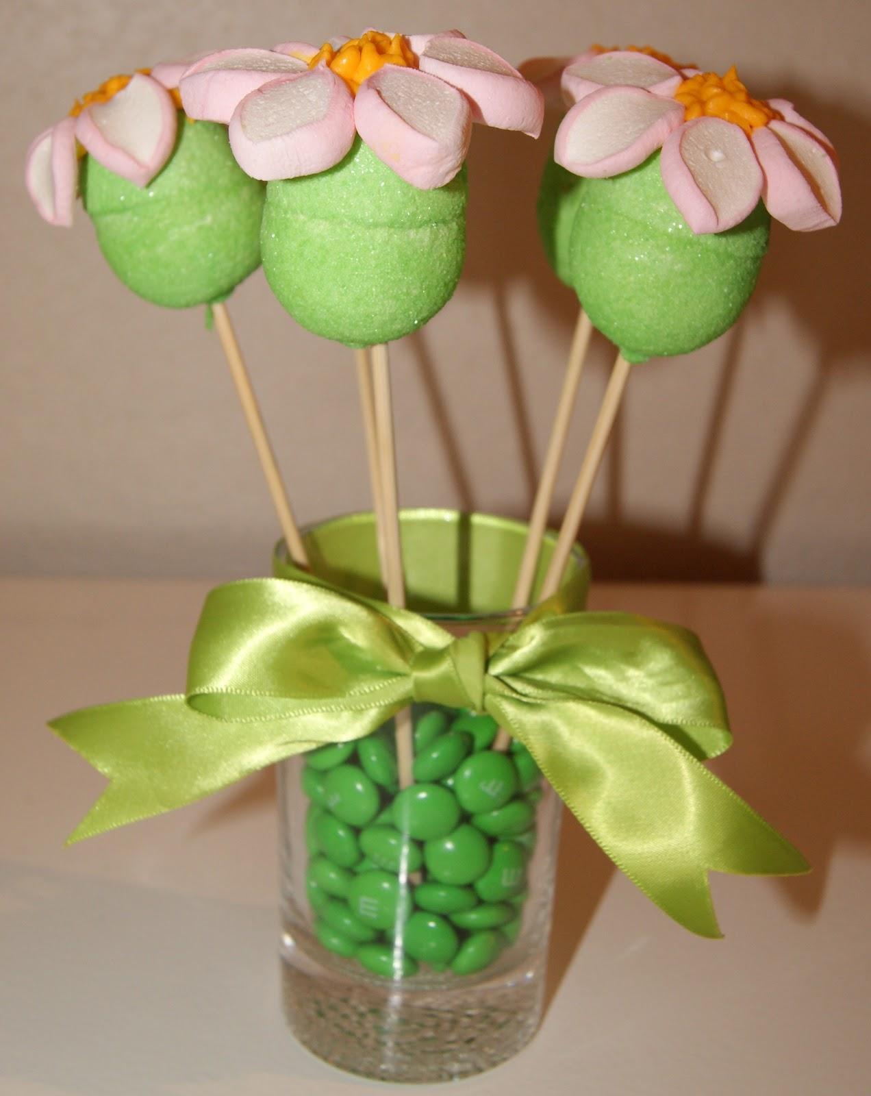Centro de mesa flores de marshmallow galletas arte y - Ideas para decorar mesas de chuches ...