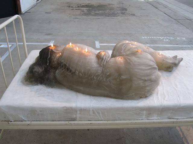 Espeluznante escultura de una mujer hecha con velas