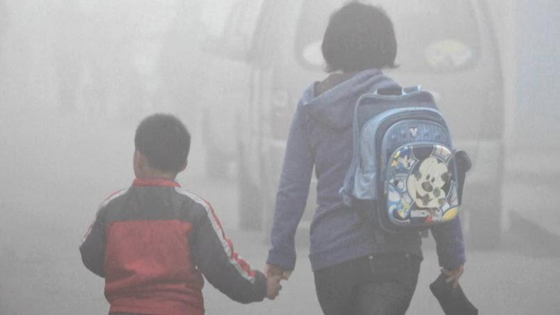 Mãe e filho em Jilin, nordeste da China, onde as escolas foram fechadas pela poluição