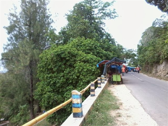 Pedagang musiman dari arah Montong, belum mulai ramai.