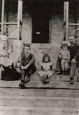 Fernando Pessoa e a família sentados numa escada