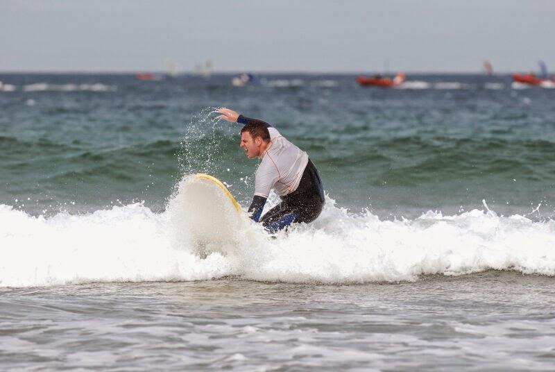 Clase de surf en Loredo (Cantabria). Víctor cogiendo olas