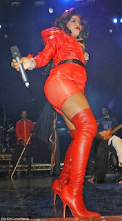 This is Serious ; Rapper Lil Kim exposes Her V*****  on stage (photo