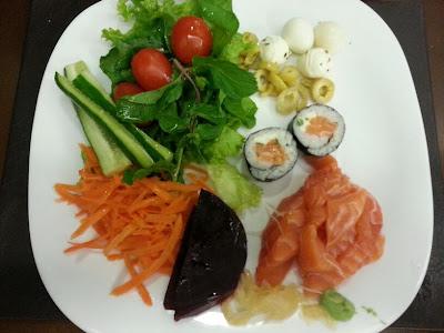 Almoço: alface + agrião + tomate cereja + pepino + cenoura + beterraba + ovo de codorna + azeitona + mussarela de búfala + Filadélfia + sashimi de salmão + gengibre + raiz forte.