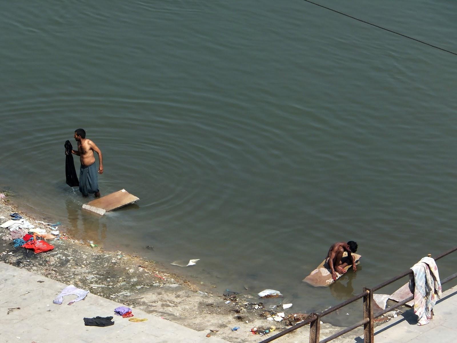 индусы моются в реке