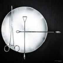 I ferri chirurgici diventano arte negli scatti di Daniele Robotti