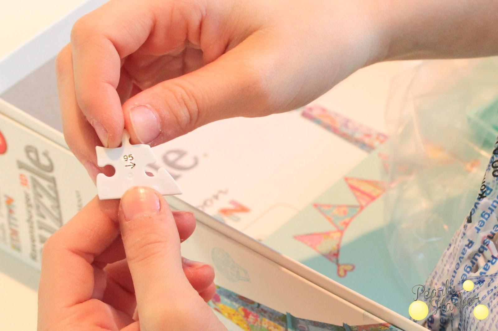 Mädchen puzzlet den Eiffelturm von Ravensburger in der Tula Moon Edition