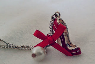 Pendentif chaussure rouge Six Accessories