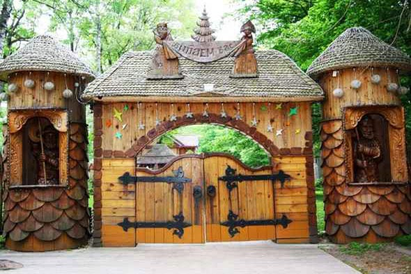 Father_Frost_Residence_Gate_Belarus