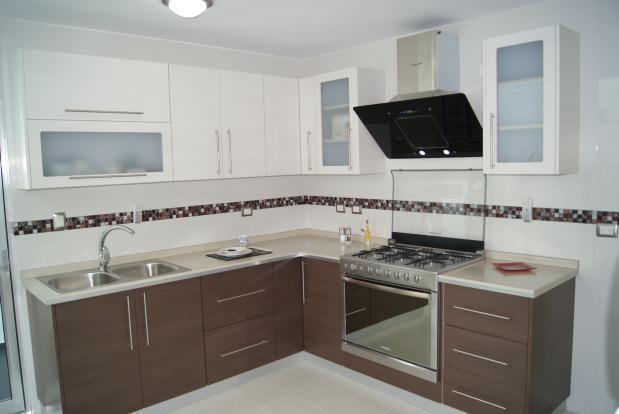 Muebles de cocina en color blanco great cocina moderna for Encimera de cocina lacada en blanco negro