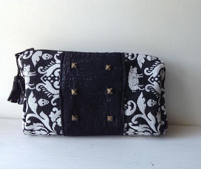 pochette noir et blanc avec des clous studded zipper pouch