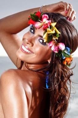 Jessica Barrantes con corona de flores