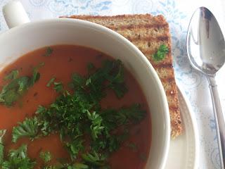 Italiaanse tomatensoep met geroosterde knoflookbrood