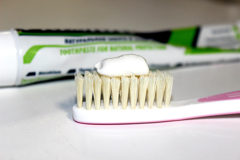 Чистить ногти зубной пастой
