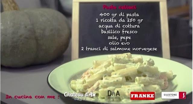 Pasta di riso con pesto di ricotta, basilico e salmone.