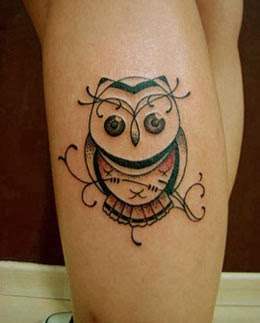 Tatuagens de corujas delicadas para mulheres