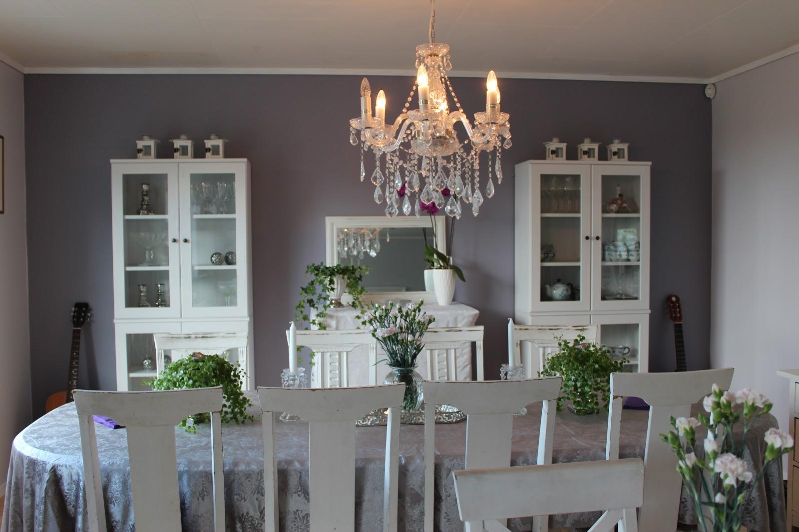 LISEMORSHAVE: Nymalt stue og spisestue, Lisemoren er sterkt i tvil om fargene stod til ...