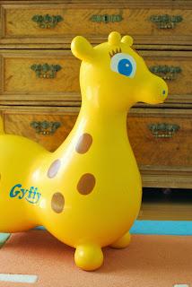 Gyffy-kirahvi, vanha piironki ja värikäs lastenhuone